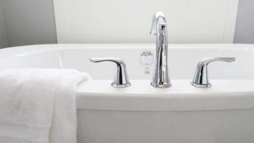 浴槽にお風呂を張る