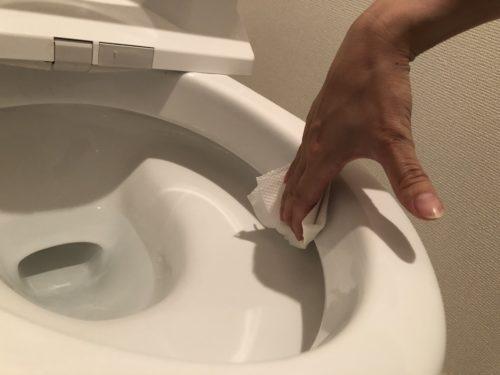 トイレの便器の内側を掃除