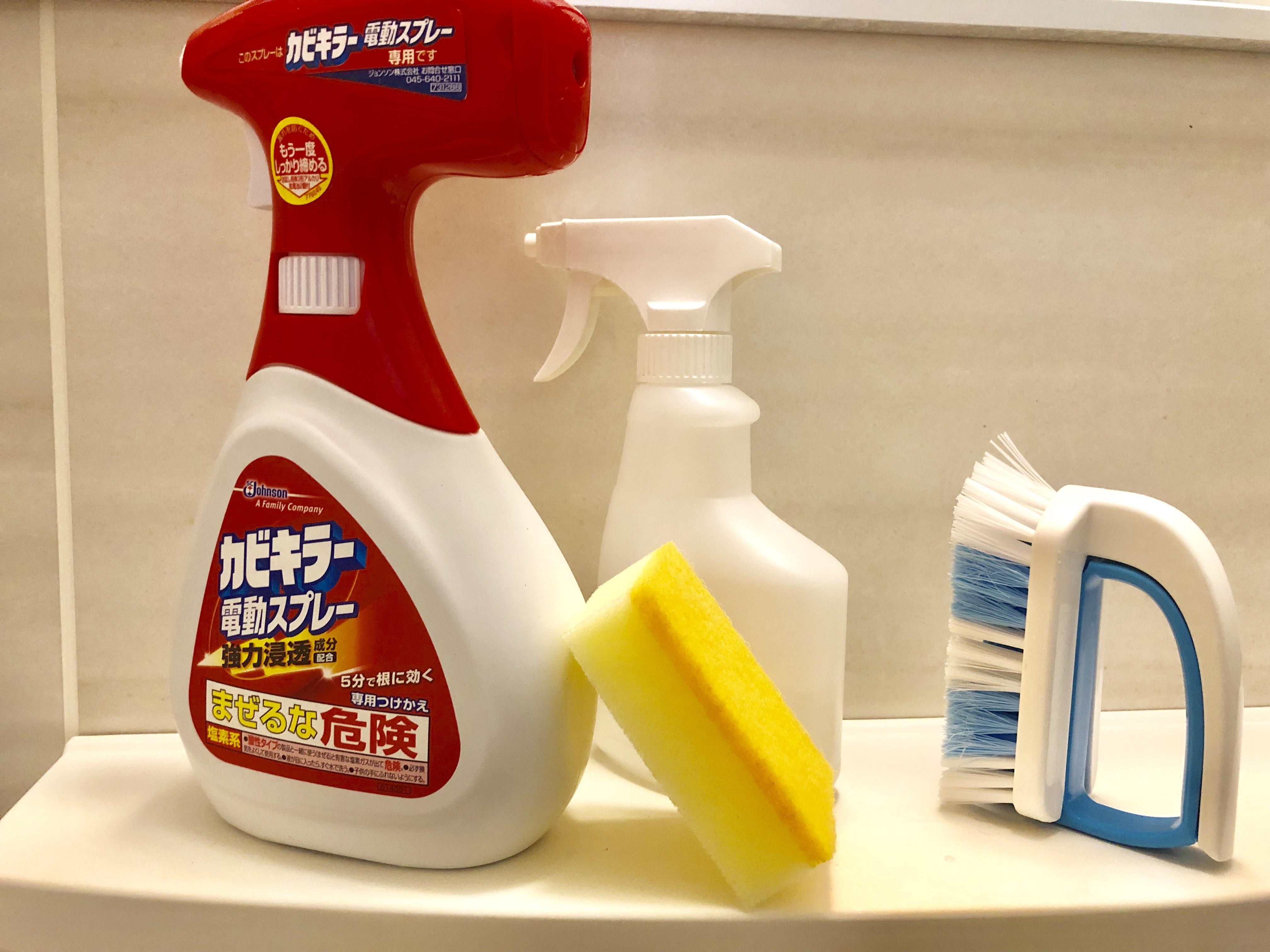 浴槽エプロン内に洗剤を塗布