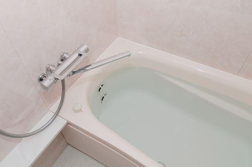 浴槽にお湯を張る