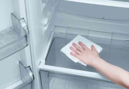 冷蔵庫のトレイなどを拭く