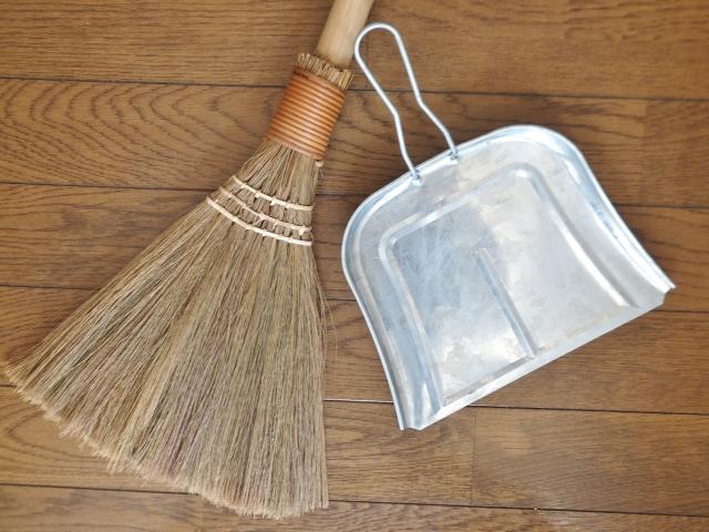 掃除機やほうきでほこり、ゴミを取る