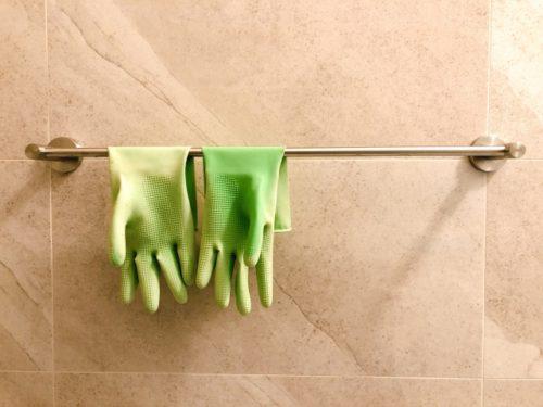 ゴム手袋を着用する