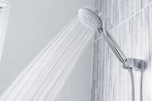 シャワーを上の方にかける