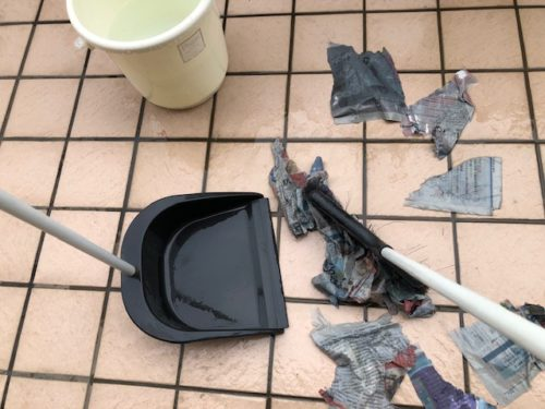 濡れた新聞紙をばらまき掃く