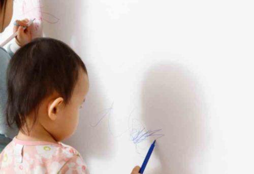 ビニール製の壁紙に付いた油性ペンの落とし方
