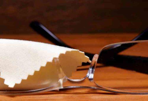 清潔なメガネ拭きでお手入れする
