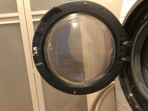 洗濯機の扉を開ける