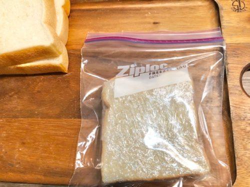 食パンをフリージングバッグに入れて冷凍