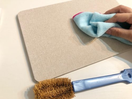 ブラシで払ったら乾いた布で拭く