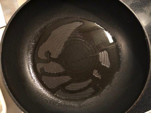 フライパンに油を引く