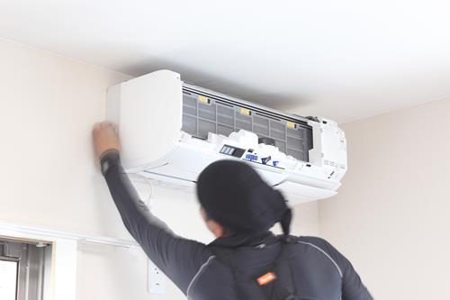 新品のエアコンが臭い原因