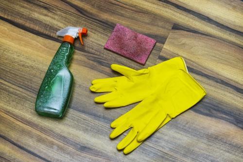 お風呂の床の黒ずみ掃除は洗剤の使い分けが重要